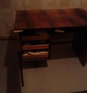 Письменный стол.
