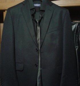 Костюм брючный новый с рубашкой и галстуком с брюк