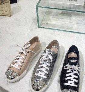Стильные спортивные туфли