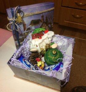 Коробка новогодняя с подарком 16*16*9