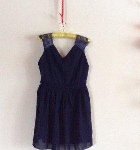 Темно-синее приталенный платье с кружевом