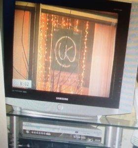 Телевизор Samsung и стеклянная подставка