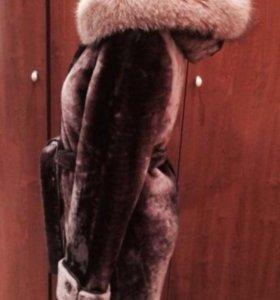 Шуба из мутона с капюшоном, отделанным песцом