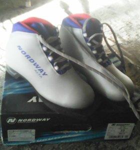 Ботинки и лыжи для девачки. 89068135895