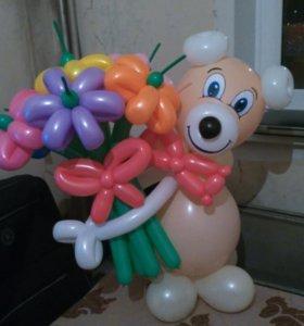 Мишка из шариков с букетом