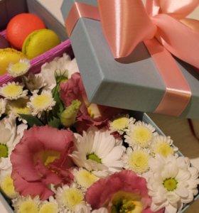 Цветы с вкусняшками в коробке