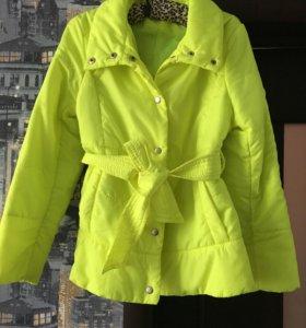 Легкая яркая курточка