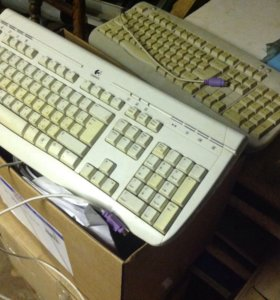 Клавиатура белая и 3 чёрных мышек.