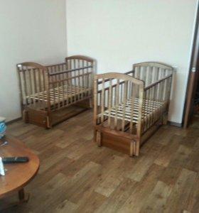 Две детских кроватки с продольным маятником