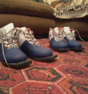 Лыжные ботинки, в наличии 2 пары,37 размер.