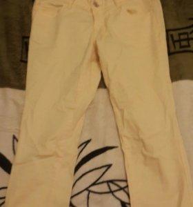 Джинсовые желтые брюки