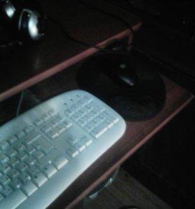 Компьютерный стол вместе с компьюиером
