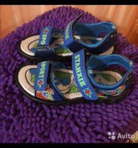 Продам сандалии новые