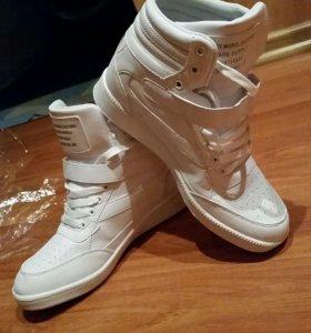 Абсолютно новые ботинки - кроссовки спорт.стиля