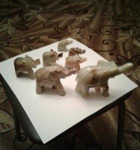 Слоны из  оникса 7 штук.