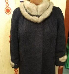 Пальто зимнее с голубой норкой.
