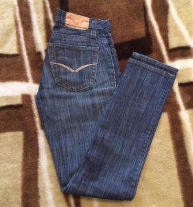 Много джинсовых брюк