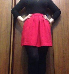 Красная юбка Stradivarius.