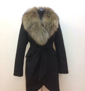 Новое пальто с натуральным мехом енота