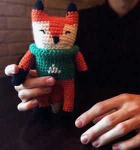 лис в новогоднем свитере (вязаная игрушка)