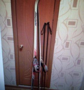 Лыжи с ботинками и палочками