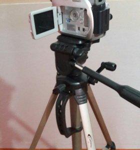 Видео камера со штативом