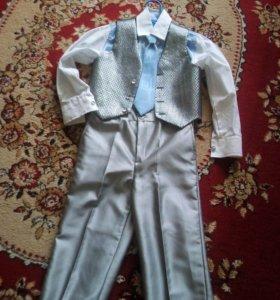 Праздничный костюм с рубашкой и галстуком