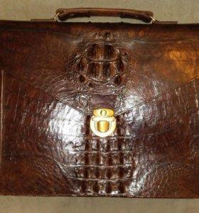 Портфель из натуральной крокодиловой кожи.