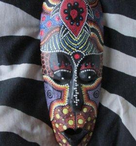 Маска из черного африканского дерева с  росписью