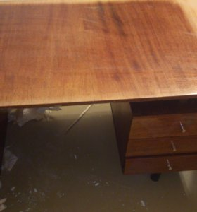 Стол письменный с ящиками.