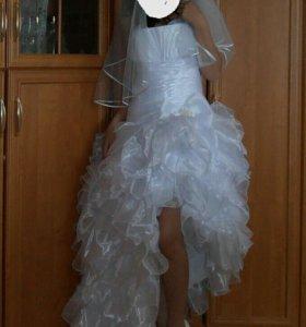 Свадебное или выпускное красивое платье.