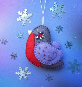 """Фетровая ёлочная игрушка ручной работы """"Снегирь"""""""