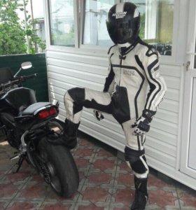 Мото-комбенизон,шлем перчатки,боты