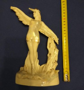 Скульптура девушка- птица