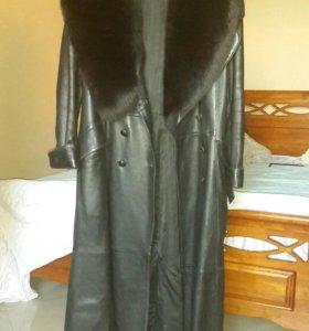 Кожанное пальто .воротник натуральный мех писец