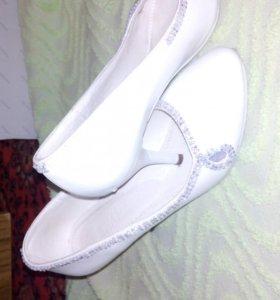 Свадебные туфли на маленьком каблучке.