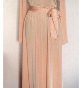Бежевое платье в пол с колье
