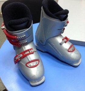 Горнолыжные ботинки и лыжи