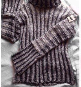Черно-белый свитер.