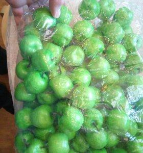 Яблоки из пенопласта