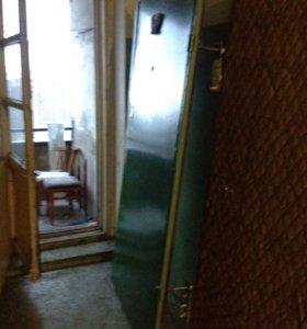 Дверь металлическая с замком и с засовом