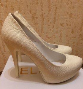 Туфли молочного цвета с атласным блеском