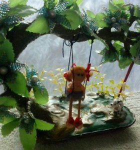 Девочка на дереве из бисера