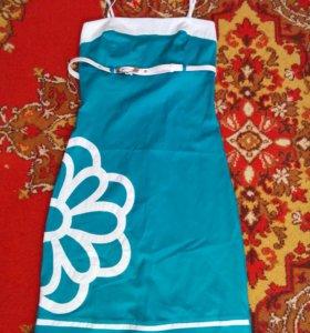 Красивое нарядное платье изумрудного цвета
