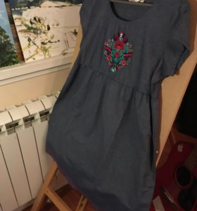 Платье с вышитым цветочным орнаментом