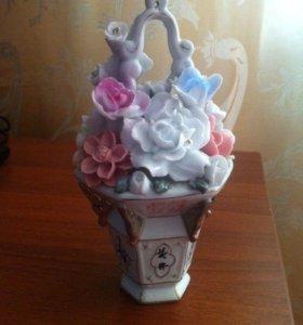 Декоративную вазочку с цветами продаю