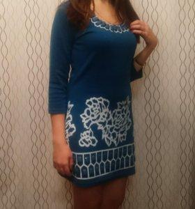 Платье голубое с бусами и рисунками