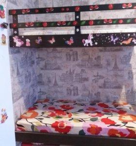 Двухъярусная кровать с матрасами .