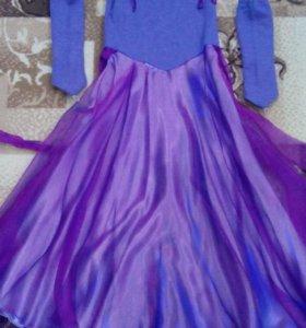 Элегантное платье с перчатками.