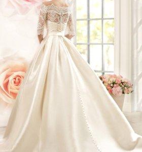 Пышное кружевное свадебное платье со шлейфом